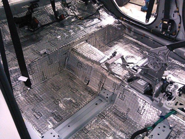 Снимаем обшивку панелей дверей на автомобиле Мазда 6