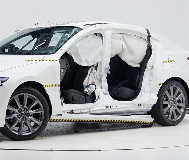 Краш - тест Мазда 3: Проверка защиты водителя и пассажиров