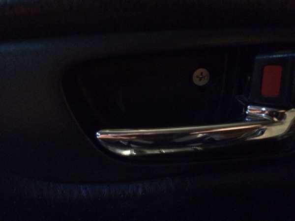 Разбираем обшивку дверей автомобиля Мазда 3 для ремонта узлов